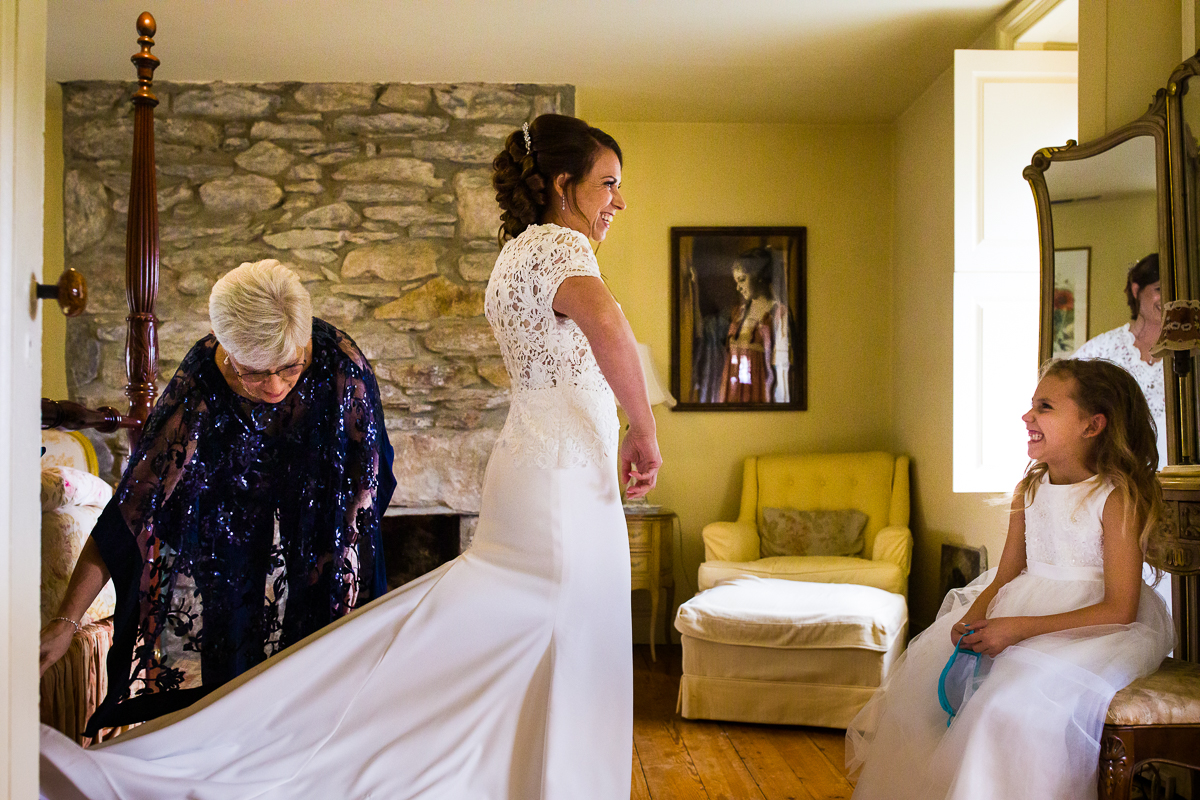 bride-mom-daugter-smiling-getting-ready